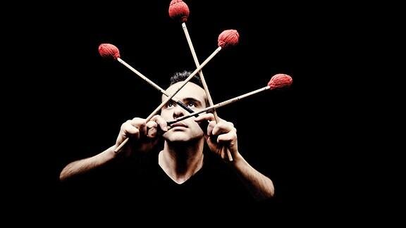 Schlagzeuger und Percussionist Simone Rubino mit seinen Schlegeln