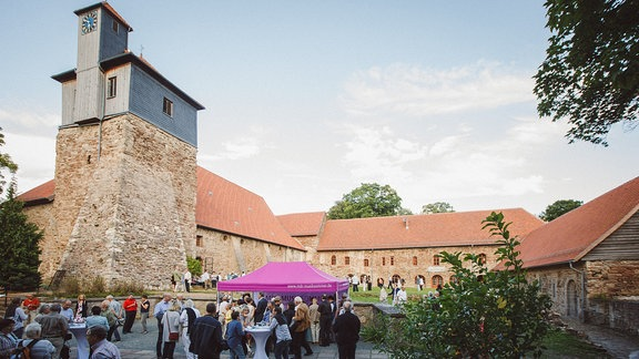Blick auf die Anlage der Klosterkirche Ilsenburg mit Zelten des MDR MUSIKSOMMERS 2017.