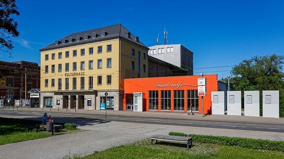 Außenansicht des Kulturhauses in Gotha im Sonnenschein.