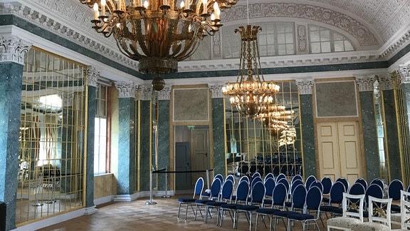 Blick in den bestuhlten Spiegelsaal von Schloss Köthen