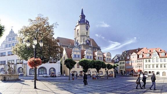 Blick über einen Platz auf die Naumburger Stadtkirche St. Wenzel