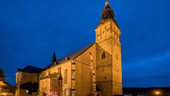 Blick auf die Kirche St. Wolfgang in Schneeberg im Abendlicht