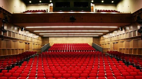 Der mit rot bezogenen Stühlen ausgestattete Innenraum der Vogtlandhalle Greiz
