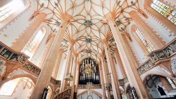 Blick auf die Orgel und das Deckengewölbe der St. Annenkirche in Annaberg-Buchholz.