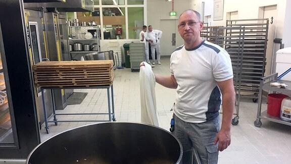 Bäckermeister Lars Raff bäckt gemeinsam mit Gefängnisinsassen in der Thüringer JVA Tonna einen Stollen, der immer beliebter wird