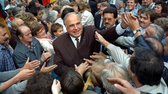 Bundeskanzler Helmut Kohl nimmt am 05.09.1990 während einer Wahlkampfveranstaltung in Heiligenstadt in Thüringen ein Bad in der Menge.