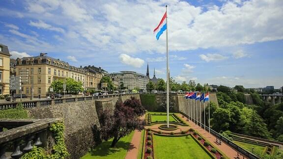 Luxemburger Nationalflagge im Park am Place de la Constitution, Luxemburg Stadt