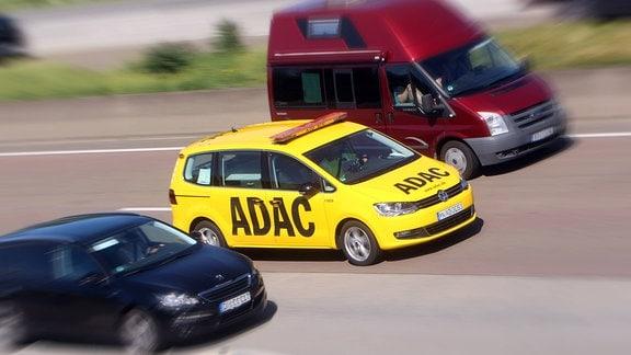 Pannenhilfe Fahrzeug des ADAC bei der Fahrt zu einem Einsatz auf der Autobahn