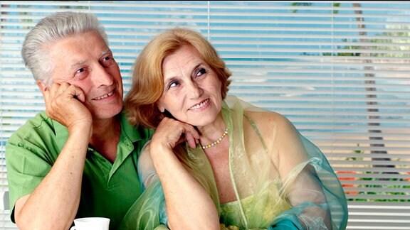 ein glücklich schauendes älteres Ehepaar