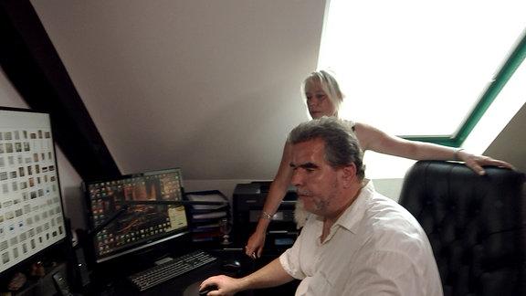 Ein Mann und eine Frau vor einem Computer