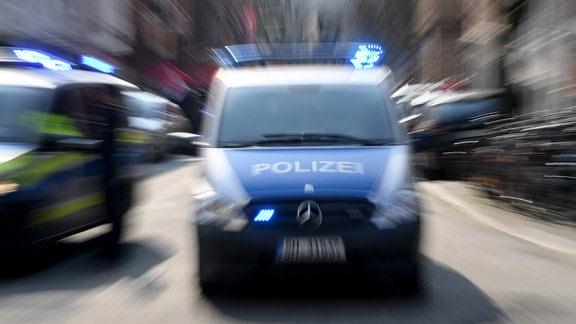 Ein Polizeiwagen mit eingeschalteten Blauchlicht