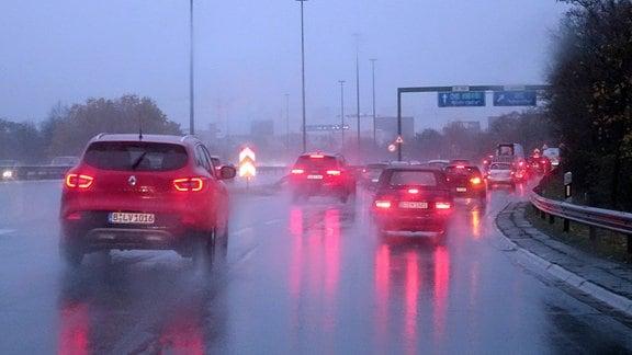 Autos fahren bei Regen und Nebel auf der Autobahn