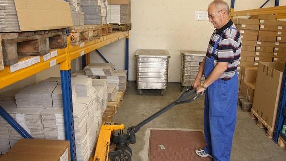 Der Rentner Heinz Riemenschneider arbeitet 2008 bei einer Software-Firma als Hausmeister.