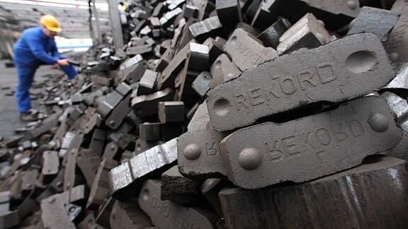 Auf dem Gelände einer Brikettfabrik überprüft 2008 ein Mitarbeiter eine Ladung Rekord-Briketts.
