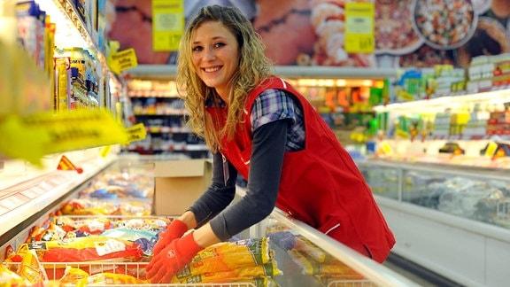 Auszubildende in einem Supermarkt