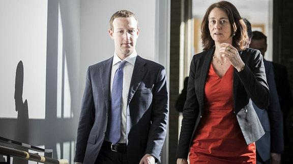 Bundesjustizministerin Katarina Barley (R), SPD, trifft sich mit Mark Zuckerberg (L), Gründer von Facebook