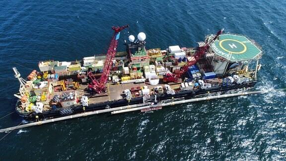 Auf einer Plattform am Pipeline-Verlegeschiff «Castoro 10» vor der Südostspitze der Insel Rügen arbeiten Fachleute an der Verbindung zwei bereits im Vorjahr verlegter Leitungsstücke der Ostsee-Erdgaspipeline Nord Stream 2