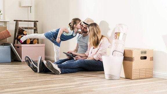 Symbolfoto - Eine junge Familie in einer neuen Wohnung.
