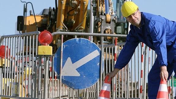 Ein Bauarbeiter an einer Straßenbaustelle.