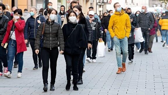 Menschen mit Corna-Masken