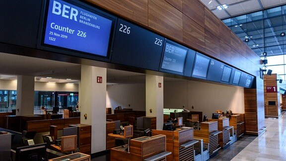 Check-in-Schalter auf der Baustelle des Flughafens Berlin Brandenburg Willy Brandt BER.