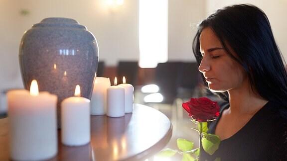Frau mit Urne