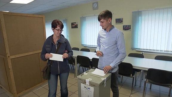 Eine junge Frau bei der Stimmabgabe