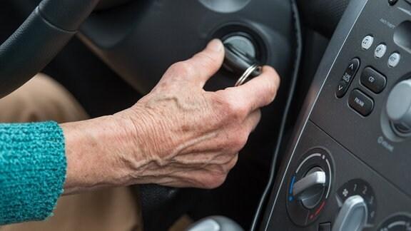 Eine Rentnerin startet am 25.06.2015 mit dem Zündschlüssel ihr Auto bei einem Fahrtraining für Senioren am 25.06.2015 am «Aktionstag Senioren im Straßenverkehr» in Beeskow (Brandenburg).