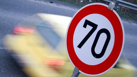 Gebotsschild mit Geschwindigkeitsbeschränkung 70 km/h auf einer Landstraße.