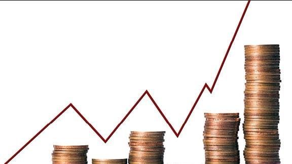Kleingeldstapel vor der Börsenkurve