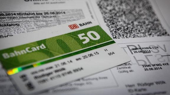 Eine Bahncard 50 liegt auf einem Online Ticket