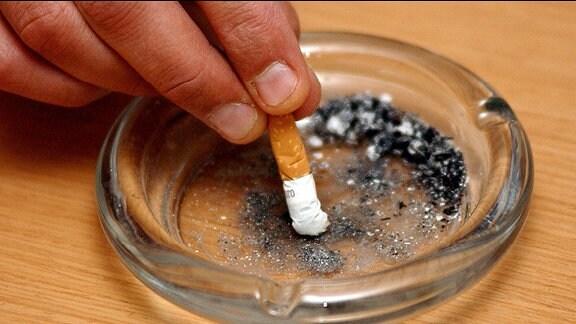 Zigarette wird in einem Aschenbecher ausdedrückt