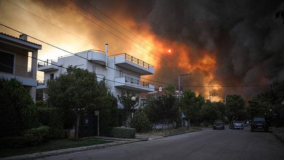 Brand in Ano Varibobi der Gemeinde Acharnes, einem nördlichen Vorort von Athen, am Dienstag, 3. August 2021.