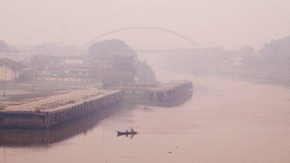 Der Rauch eines Brandes über einer Stadt