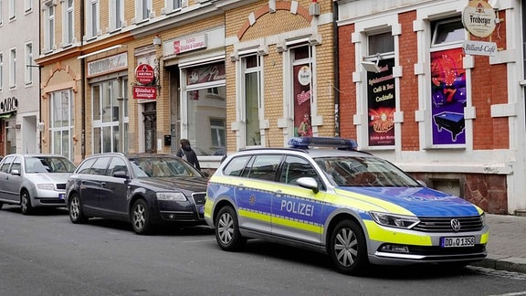 Polizeifahrzeug vor einer Shisha-Bar in Döbeln