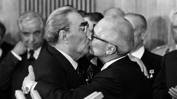 Der sowjetische Staats- und Parteichef Leonid Breschnew (r) wird bei seiner Ankunft in Ost-Berlin am 4. Oktober 1979 von dem Staatsratsvorsitzenden der DDR, Erich Honecker (l), herzlich begrüßt.