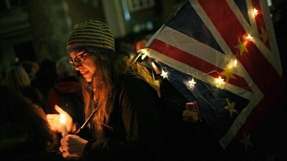 Brexit-Gegner mit einer Kerze