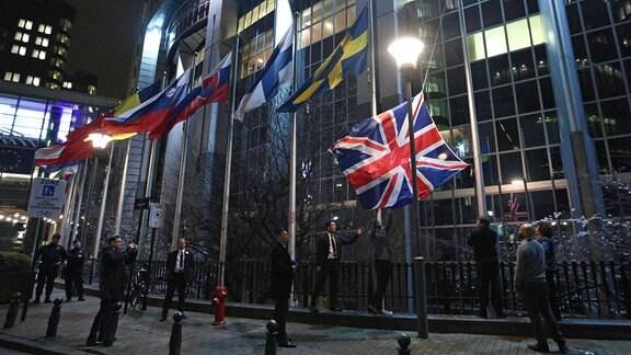 Die britische Flagge wird vor dem Europäischen Parlament in Brüssel heruntergelassen