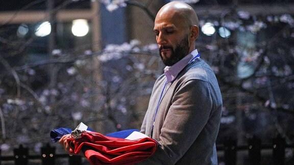 Ein Mann trägt eine britische Flagge, nachdem sie vor dem Europäischen Parlament in Brüssel abgenommen wurde