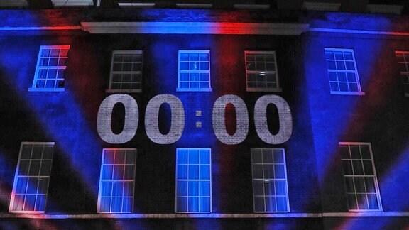 Ein Countdown wird auf die Fassade von Downing Street 10 in London projiziert
