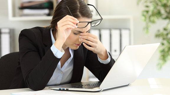 Büroangestellte leidet an Augenschmerzen