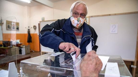 Ein Wähler gibt seinen Stimmzettel während der Parlamentswahl in Bulgarien ab