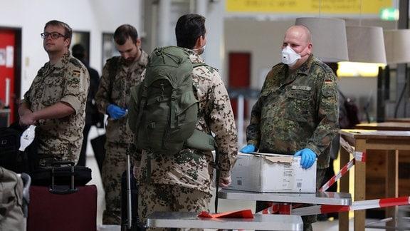 Soldaten der Bundeswehr mit Mund-Nasen-Schutz im Terminal des Flughafen Tegel