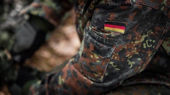 Eine deutsche Flagge als Aufnäher an einer Tarnjacke der Bundeswehr
