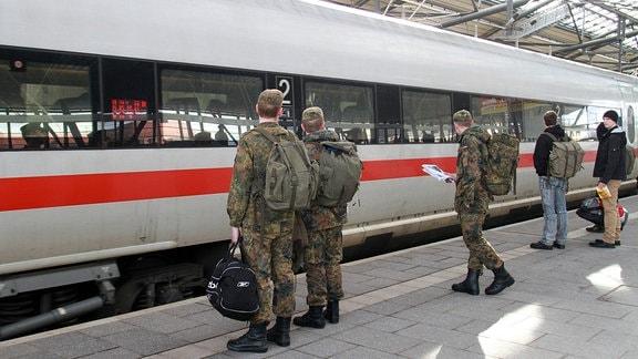 Bundeswehrsoldaten stehen 2014 auf dem Bahnsteig während ein ICE einfährt