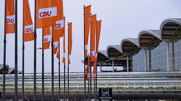 CDU Flaggen vor dem Eingang Mitte auf der Messe Hamburg, 2018