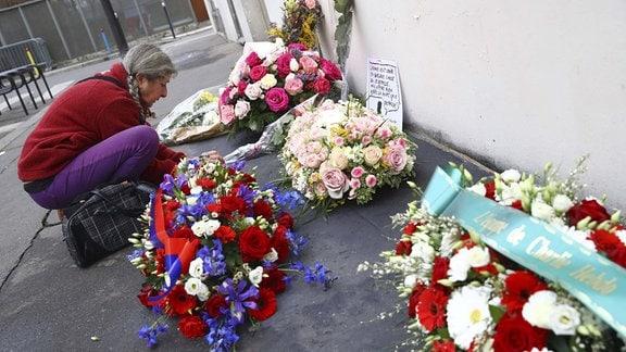 Blumen zum Gedenken an die Opfer des Anschlags auf die Satirezeitschrift Charlie Hebdo