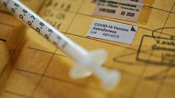 Impfpass mit Eintrag für eine Impfung mit dem Impfstoff AstraZeneca