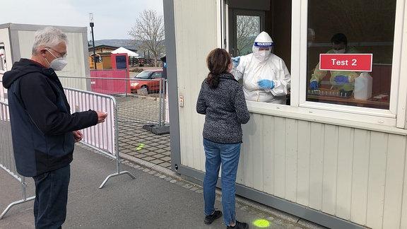 Menschen vor Corona Teststation in Augustusburg