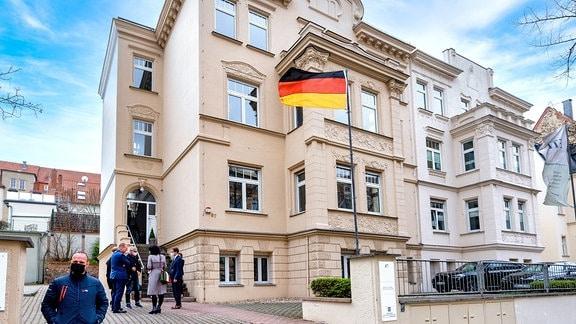 Deutschlandfahne vor der Cyberagentur in Halle
